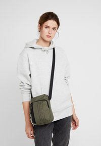 Nike Sportswear - TECH SMIT - Bandolera - medium olive/black - 5