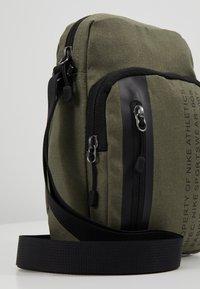 Nike Sportswear - TECH SMIT - Bandolera - medium olive/black - 7