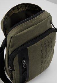 Nike Sportswear - TECH SMIT - Bandolera - medium olive/black - 4
