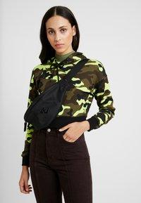 Nike Sportswear - HERITAGE HIP PACK - Bæltetasker - black/glossy black - 5