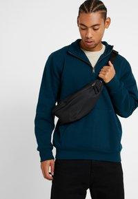 Nike Sportswear - HERITAGE HIP PACK - Bæltetasker - black/glossy black - 1