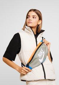 Nike Sportswear - NK HERITAGE HIP PACK  - Ledvinka - jade stone/hyper crimson/white - 5