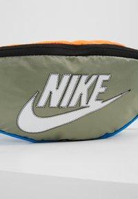 Nike Sportswear - NK HERITAGE HIP PACK  - Ledvinka - jade stone/hyper crimson/white - 7