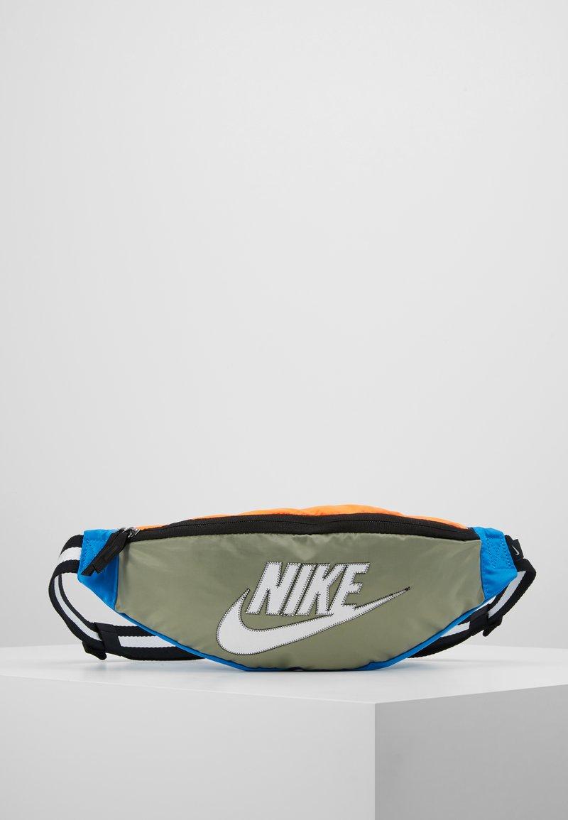 Nike Sportswear - NK HERITAGE HIP PACK  - Ledvinka - jade stone/hyper crimson/white
