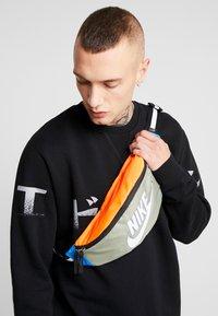 Nike Sportswear - NK HERITAGE HIP PACK  - Ledvinka - jade stone/hyper crimson/white - 1