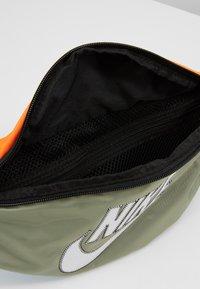 Nike Sportswear - NK HERITAGE HIP PACK  - Ledvinka - jade stone/hyper crimson/white - 4