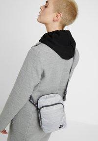 Nike Sportswear - HERITAGE SMIT - Taška spříčným popruhem - silver/thunder grey - 5