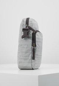 Nike Sportswear - HERITAGE SMIT - Taška spříčným popruhem - silver/thunder grey - 3