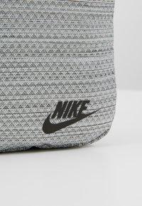 Nike Sportswear - HERITAGE SMIT - Taška spříčným popruhem - silver/thunder grey - 7