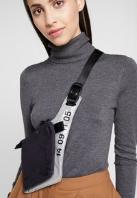 Nike Sportswear - CROSSBODY - Sac bandoulière - gridiron/metallic silver/black - 6