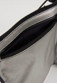 Nike Sportswear - CROSSBODY - Sac bandoulière - gridiron/metallic silver/black - 4