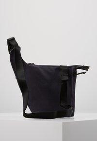 Nike Sportswear - CROSSBODY - Sac bandoulière - gridiron/metallic silver/black - 2