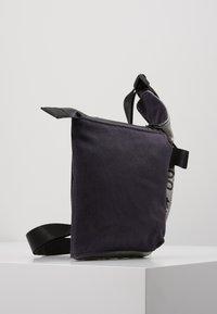 Nike Sportswear - CROSSBODY - Sac bandoulière - gridiron/metallic silver/black - 3