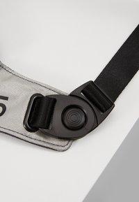 Nike Sportswear - CROSSBODY - Sac bandoulière - gridiron/metallic silver/black - 8