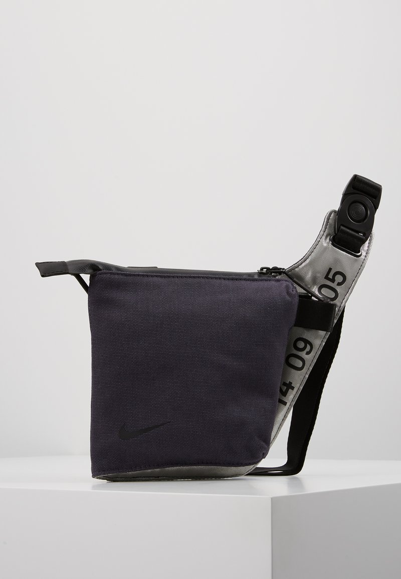 Nike Sportswear - CROSSBODY - Sac bandoulière - gridiron/metallic silver/black