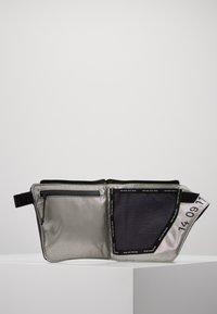 Nike Sportswear - CROSSBODY - Sac bandoulière - gridiron/metallic silver/black - 5