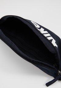 Nike Sportswear - HERITAGE - Heuptas - dark obsidian/white - 5
