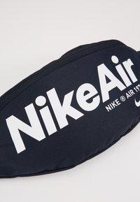 Nike Sportswear - HERITAGE - Heuptas - dark obsidian/white - 2