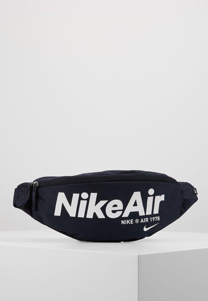 Nike Sportswear - HERITAGE - Heuptas - dark obsidian/white