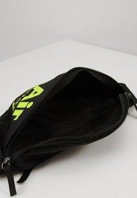 Nike Sportswear - HERITAGE - Vyölaukku - black/black/volt - 5