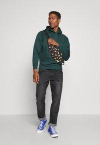 Nike Sportswear - HERITAGE - Heuptas - black - 1