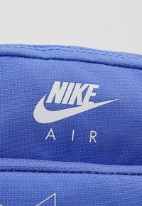 Nike Sportswear - HERITAGE - Taška spříčným popruhem - sapphire/white - 6
