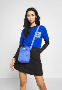 Nike Sportswear - HERITAGE - Taška spříčným popruhem - sapphire/white - 4