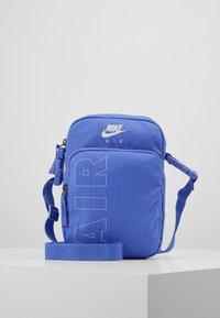 Nike Sportswear - HERITAGE - Taška spříčným popruhem - sapphire/white - 0