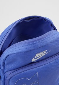 Nike Sportswear - HERITAGE - Taška spříčným popruhem - sapphire/white - 3