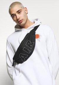 Nike Sportswear - HERITAGE HIP PACK - Heuptas - black/white - 1