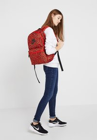 Nike Sportswear - HERITAGE BACKPACK - Rucksack - habanero red/black - 5