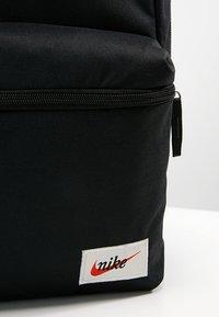 Nike Sportswear - HERITAGE LABEL - Mochila - black/orange blaze - 8