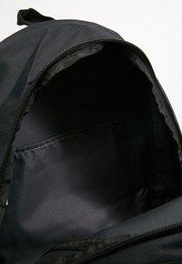 Nike Sportswear - HERITAGE LABEL - Mochila - black/orange blaze - 4