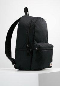 Nike Sportswear - HERITAGE LABEL - Mochila - black/orange blaze - 3