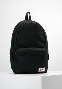 Nike Sportswear - HERITAGE LABEL - Mochila - black/orange blaze - 0