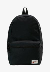 Nike Sportswear - HERITAGE LABEL - Mochila - black/orange blaze - 7