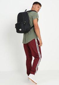 Nike Sportswear - HERITAGE LABEL - Mochila - black/orange blaze - 1