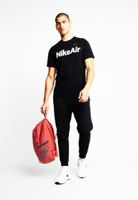 Nike Sportswear - ALL ACCESS SOLEDAY - Reppu - track red/dark smoke grey - 1