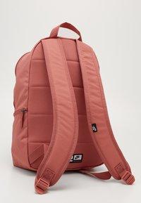 Nike Sportswear - HERITAGE - Reppu - canyon pink/earth/pale ivory - 3