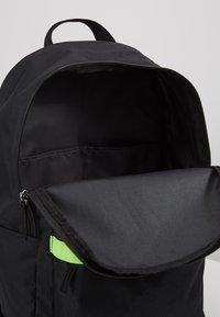 Nike Sportswear - HERITAGE - Reppu - black/electric green - 5