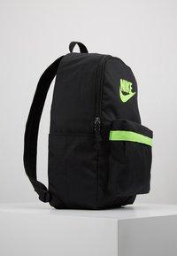 Nike Sportswear - HERITAGE - Reppu - black/electric green - 4