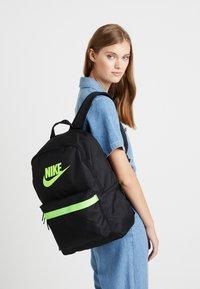 Nike Sportswear - HERITAGE - Reppu - black/electric green - 2