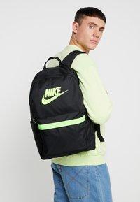 Nike Sportswear - HERITAGE - Reppu - black/electric green - 1