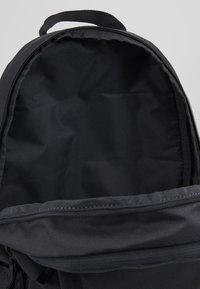 Nike Sportswear - Reppu - dark smoke grey/track red - 4