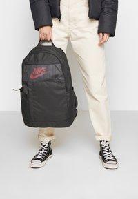 Nike Sportswear - Sac à dos - dark smoke grey/track red - 5
