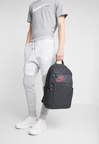 Nike Sportswear - Reppu - dark smoke grey/track red - 1