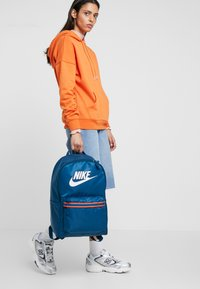 Nike Sportswear - HERITAGE - Sac à dos - blue force/white - 5