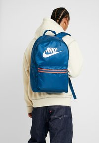 Nike Sportswear - HERITAGE - Sac à dos - blue force/white - 1