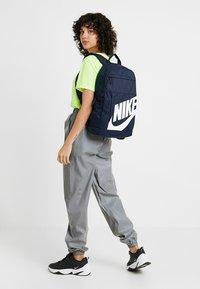 Nike Sportswear - Reppu - obsidian/white - 5