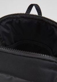Nike Sportswear - NIKE SPORTSWEAR ESSENTIALS HÜFTTASCHE - Across body bag - black/white - 4